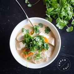 Mungpavuista valmistetut lasinuudelit, tofu ja mausteinen kookosmaitoliemi tekevät yhdessä mainion arkikeiton! Helppo arkikeitto syntyy tofusta, lasinuudeleista ja mausteisesta kookosmaitoliemestä!