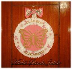 Quadro em madeira MDF com 35 cm de diâmetro forrado com tecidos de algodão, nome e borboleta em madeira MDF no tema jardim.
