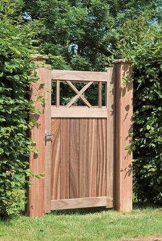 - Padouk- Volledige pen- en gatverbinding (verlijmd)- Bijpassend hang- en sluitwerk inbegrepen- Verstelbare scharnieren- Inwerkslot met inox kruk en cilinder- Maatwerk mogelijk - Kader: 57 x 120 mm- Planken: 22 mm- Afstand tussen de planken +/- 4 mm Hoe wordt een poort geleverd Wooden Farm Gates, Wood Fence Gates, Wooden Garden Gate, Garden Doors, Backyard Fences, Backyard Projects, Porches, Privacy Fence Designs, Country Landscaping