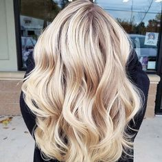 This Balayage is ERRRYTHANG! I love the blend, contrast and the way her hair cascades ❤ I'm swoonin Pretty Blonde Hair, Brown Blonde Hair, Medium Blonde Hair, Corte Y Color, Hair Color And Cut, Hair Highlights, Highlights 2016, Silver Highlights, Gorgeous Hair