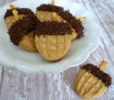 These simple acorn cookies made with Nutter Butter cookies, chocolate, sprinkles and pretzels. Kids will really love making these and … Thanksgiving Cookies, Thanksgiving Recipes, Fall Recipes, Holiday Recipes, Holiday Foods, Thanksgiving Sides, Holiday Desserts, Holiday Treats, Holiday Fun