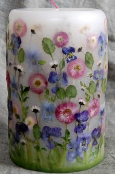 Beautiful handmade candle decorated with pressed flowers! Homemade Candles, Diy Candles, Scented Candles, Pillar Candles, Candle Craft, Natural Candles, Pressed Flower Art, Candlemaking, Beautiful Candles