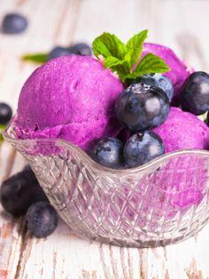 Erdbeere, Schokolade oder Vanille? Wer sein Eis selber macht, muss sich nicht mehr entscheiden. So einfach geht's.