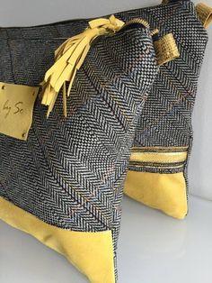 Pochette Tissu Tweed & Cuir jaune aspect velours Décor ZAG by SO peint à la main sur un carré de cuir riveté sur l'avant. La pochette est doublée d'une suédine à l'int - 15876622