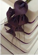 Eggplant calla lilies on white ~ LOVE the square cake with ribbon and elegant calla lilies! Elegant Cake Design, Elegant Cakes, Orange Wedding, Wedding Colors, Calla Lily Cake, Black Calla Lily, Wedding Stuff, Dream Wedding, Calla Lillies