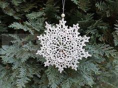 Háčkovaná vločka k zavěšení | Adelain Marsala, Christmas Ornaments, Holiday Decor, Handmade, Home Decor, Self, Hand Made, Decoration Home, Room Decor