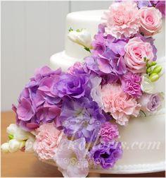 Dekoracja kwiatowa  tortu weselnego