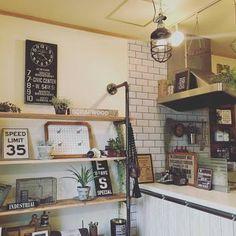 キッチンのカウンター前にDIYで作った飾り棚。 メンズライクな小物や、多肉植物を飾ると一気に男前!