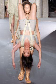 Paris Moda Haftası'ndan 'Yeter ilerlediğimiz, artık geri dönebiliriz' dedirten defile http://www.presshaber.com/paris-moda-haftasindan-yeter-ilerledigimiz-artik-geri-donebiliriz-dedirten-defilee-haber26167.html