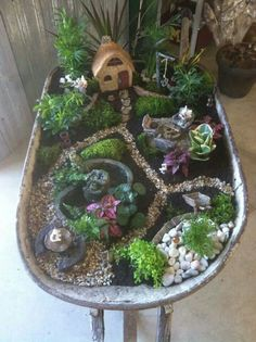 Amazing DIY Mini Fairy Garden for Miniature Landscaping 47 - Decoration Fireplace Garden art ideas Home accessories Indoor Fairy Gardens, Mini Fairy Garden, Fairy Garden Houses, Gnome Garden, Miniature Fairy Gardens, Fairy Gardening, Organic Gardening, Container Gardening, Wheelbarrow Garden