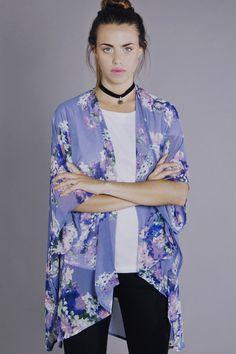 Kimono floreado en color lila. Perfecto para combinar con una remera y pantalón sencillos usar de día.