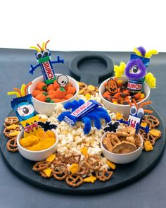 Elevate your Halloween celebrations by creating a spooky snack board with CRUNCH! Turn fun size CRUNCH bars and CRUNCH Monster Eyes into crazy characters by using foam to make the teeth, googly eyes for the eyes, and pipe cleaners for the hair, arms, and legs. Tape these items onto the CRUNCH wrappers. Fill the board with the decorated CRUNCH characters and various snacks. Give each family member a bowl to fill so that everyone can start #CRUNCHing this Halloween! (credit: @lunchboxdad) Halloween Food For Party, Holidays Halloween, Easy Halloween, Halloween Treats, Halloween Pumpkins, Halloween Birthday, Fall Recipes, Holiday Recipes, Charcuterie Recipes