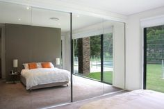 portes coulissantes miroir dans la chambre a coucher moderne