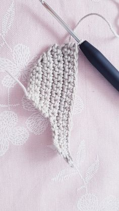 Free instructions for crocheting simple clouds Crochet Cake, Crochet Crafts, Crochet Toys, Crochet Projects, Crochet Bookmark Pattern, Crochet Bookmarks, Crochet Patterns Amigurumi, Baby Set, Crochet Organizer