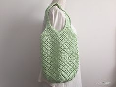 底がお花のドイリーみたいになったネット編みのバッグ、編み図書けました!ニューコットンベビーのメロンクリームを使ってます^^全体はネット編みベースの模様編みで、底部分がお花のドイリーになっています。底部分さえ編めたら、あとは同じ模様の繰り返し