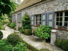 Lindas puertas de ventanas en una casa con terrazas techadas. Bonitos tonos y formas de verdes
