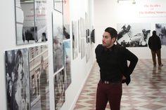 Noche en el museo con la elegancia de las pajaritas de territorial Capri Pants, Fashion, Bow Ties, Elegance Fashion, Museums, Night, Wood, Moda, Capri Trousers