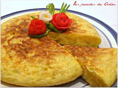 Learn to cook a spanish omelet - Helping online learners discover courses they'll love. Frittata, Spanish Potatoes, Spanish Omelette, Boat Food, Great Recipes, Favorite Recipes, Omelette Recipe, Tasty, Yummy Food