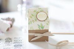 Hier findest du eine Anleitung wie du eine schöne Milchkarton-Verpackung basteln kannst. Verpacke deine Geschenke persönlich, kreativ und anders. Place Cards, Gift Wrapping, Place Card Holders, Gifts, Tricks, Gift Wedding, Craft Tutorials, Diy Presents, Gift Wrapping Paper