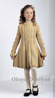 Пальто для девочки. Актуальная тенденция сезона – вязаные на спицах косы. Плавное расширение создает девственно-романтичный силуэт, а правильно подобранная пряжа песочного цвета как нельзя лучше подчеркивает красоту  и лаконичность узора.