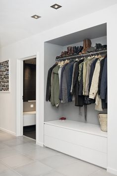 Garderobe Flur Spacious ideas for house interior design: curtains clothes rail ga # wardrobe # hallw Teal Living Rooms, Home And Living, Rideaux Design, Decoration Hall, Clothes Rail, Mudroom, Home Interior Design, Furniture Decor, Interior Inspiration