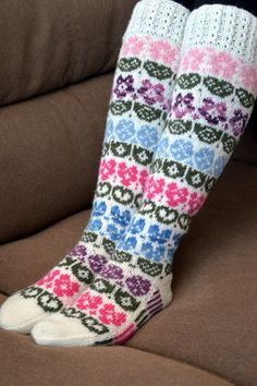 KARDEMUMMAN TALO: Taimihässäkät Knitting Patterns Free, Free Pattern, Cool Socks, Awesome Socks, Knee Socks, Knitting Socks, Mittens, Knit Crochet, How To Make