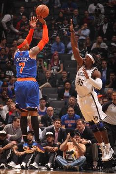 DECEMBER 11: Carmelo Anthony #7 of the New York Knicks shoots against Gerald Wallace #45