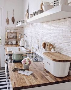 Farmhouse kitchen decoration ideas - Easy and gorgeous ways to change your cooking area with genuine farmhouse design at. kitchen on a budget 40 pretty farmhouse kitchen makeover design ideas on a budget 37 Küchen Design, Home Design, Kitchen Remodel Before And After, Interior Design Living Room, Home Kitchens, Country Kitchens, Farmhouse Kitchens, Sweet Home, Kitchen Wood