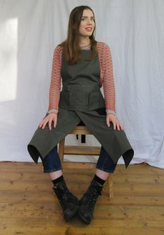 Packed with useful features: the bib features a row of hanging pockets carefully designed to remain upright and accessible even when the wearer is seated. Split skirt allows lots of movement whilst ensuring each leg is covered when sitting at the workbench or wheel. Tough cotton canvas, soft herringbone ties give all the comfort of a crossback apron with the fit of a tie apron. Long Bib, Work Aprons, Split Legs, Split Skirt, Apron Designs, Khaki Green, Black Canvas, Green Cotton, Herringbone