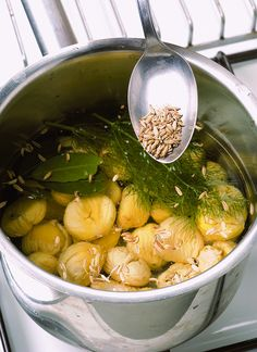 Chi pensa che le castagne bollite in acqua siano poco gustose, devi sperimentare la ricetta di Sale&Pepe: sono un vero inno ai sapori dell'autunno.