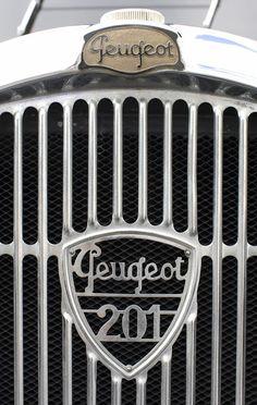 Assorted emblems specific to Peugeot. Car Badges, Car Logos, Auto Logos, Retro Cars, Vintage Cars, Motor Logo, Psa Peugeot Citroen, Automobile, Car Hood Ornaments