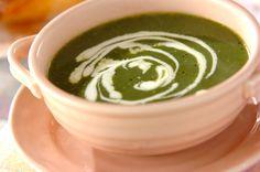 ホウレン草の緑色が鮮やかなポタージュ。最後にかける生クリームでワンランクアップ!ホウレン草のポタージュ[洋食/シチュー・スープ]2012.01.30公開のレシピです。