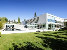 Máxima Exclusividad, Moderna y Acogedora Villa de Diseño Informe de Engel & Völkers | W-0215AB - ( España, Madrid alrededores, Las Rozas, Club de Golf )