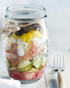 Griekse salade in laagjes Food To Go, Good Food, Feta, Healthy Drinks, Healthy Recipes, Healthy Food, Salad In A Jar, Go For It, Healthy Lifestyle
