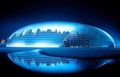 El Centro Nacional para las Artes Escénicas se ve cubierto de nieve en Beijing.