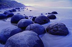 Kugelrunde Felsen: Die Kleinstadt Moeraki ist berühmt für ihre seltsam...