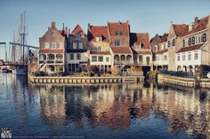 Het allermooiste plekje qua architectuur van Enkhuizen Beautiful Buildings, Adventure Awaits, Street Photography, Netherlands, Dutch, Places To Visit, Vans, Europe, Explore