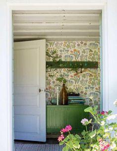 Interior decoration for torpedoes - peek into the wonderful century town Style Cottage, Swedish Cottage, Cozy Cottage, Farmhouse Style, Botanical Interior, Botanical Decor, Country House Interior, Interior And Exterior, Josef Frank Tapet