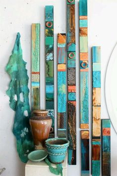 Ethnische Stammes-Türkis Meer Holz Collage Totems Bio Seaglass Mineralien Zinn Metall abstrakte moderne Boho Contempory Wall Scupture Assembages - 2002 is love Diy Wand, Mur Diy, Totems, Santa Fe Style, Painted Sticks, Painted Wood, Art Abstrait, Diy Wall Art, Unique Wall Art