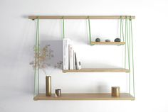 新しい棚のアイデア! 3つのサイズ違いの板をスウィングのように吊るした棚です。 この「Bridge Shelves」は、デザインユニットの「Outofstock」の発想のもと、デンマークの企業「Bolia」がプロデュースしました。 解体して箱に詰められるので、安く、簡単に郵送できるのがメリットです。 組み立てるときは、...
