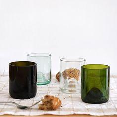Pareja de dos vasos en vidrio reciclado, 100% handmade. Están hechos de vidrio reciclado y son la compañía perfecta para las comidas familiares, las cenas románticas o los desayunos del domingo. Glass For 2 es un pack de dos unidades y puedes elegir entre 2 diferentes colores, verde o transparente. Glass for 4 de lucia bruni - Boutiquers