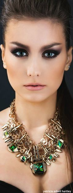 ladyarpege via Green With Envy Flawless Makeup, Beauty Makeup, Eye Makeup, Jewelry Accessories, Fashion Accessories, Beautiful Eyes, Shades Of Green, Green And Gold, Jewelery