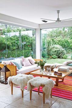 Living moderno en una casa racionalista, con gran ventanal con vista al jardín. Porch Furniture, Outdoor Furniture Sets, Outdoor Decor, My House, Kitchen Design, Tent, Patio, Living Room, Table