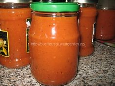 """""""Lucčin domácí kečup"""" - naprostá bomba!!! SUROVINY3kg rajčat, 4 větší cibule, 4 větší jablka, 3 stroužky česneku, 2 polévkové lžíce soli, 15dkg cukru, 10ks cukerínu, 2 polévkové lžíce plnotučné hořčice, 200ml octu, 1/2 lžičky pepře, 1/2 lžičky kari, 1/2 lžičky skořice, 1/2 lžičky sladké papriky, 1/2 lžičky pálivé papriky, 5-6 hřebíčků, 1 apůl polévkové lžíce nového kořeníPOSTUP PŘÍPRAVYZ téhle dávky jsem měla3 litry kečupu.Rajčata nakrájíme na půlky, jabl..."""