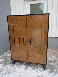 30-luvun Art Deco -vaatekaappi, jämäkkä, pinnoissa on hiukan sanomista, käyttökuntoinen.  Sisällä henkaritanko ja muutama hylly. Avain tallella ja lukko toimii.  Leveys 102 cm, korkeus 142 cm, syvyys 48 cm. MYYTY.