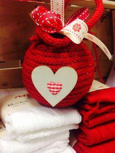 Palla pallina il Natale si avvicina.... Pallina di lana decorata con nastri e accessori in legno... http://ift.tt/2xjIAUE #cuciescuci