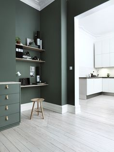 Trend Watch: paredes verdes no apartamento - Bedroom Green, Green Rooms, Bedroom Colors, Living Room Decor Green Walls, Green Painted Rooms, Khaki Bedroom, Green Kitchen Walls, Dark Green Kitchen, Green Dining Room
