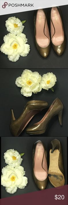 """enzo angiolini green gold heels classic, staple heel for any attire. Featuring a patent leather upper and sleek heel design. Padded insole for comfort. Heel Height: 3"""" Fit: True To Size Upper: Patent Leather.                                                                                                     Pre-owned: item that has been used or worn previously.  Color: Greenish/ gold  Material: Patent leather  Disclaimer: bottom of shoe has imperfection & flaw as picture and may have some…"""