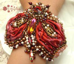 Bead embroidered cuff bracelet BUTTERFLY Shibori par MaewaDesign, €77.00
