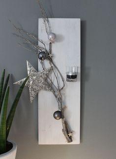 AW79 – Weihnachtliche Wanddeko! Holzbrett, weiß gebeizt, dekoriert mit einem Rebenast, Sterne, Kugeln, einem Stern aus Metall und einem Teelichtglas! Preis 29,90€ Größe 20x60cm